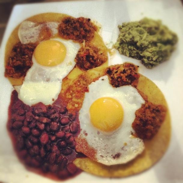 Huevos rancheros en Carmencita Bar
